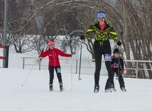 ΑΛΜΆΤΙ, ΚΑΖΑΚΣΤΑΝ - 18 ΦΕΒΡΟΥΑΡΊΟΥ 2017: ερασιτεχνικοί ανταγωνισμοί στην πειθαρχία ανώμαλο να κάνει σκι, με το όνομα Στοκ φωτογραφίες με δικαίωμα ελεύθερης χρήσης