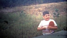 ΑΛΜΠΑΝΥ, ΝΈΑ ΥΌΡΚΗ ΗΠΑ - 1953: Ένα παιδί που προσπαθεί να παίξει το νέο δημοφιλή αθλητισμό, αντισφαίριση! απόθεμα βίντεο