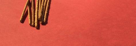 Αλμυρά ραβδιά στο κόκκινο Στοκ φωτογραφία με δικαίωμα ελεύθερης χρήσης