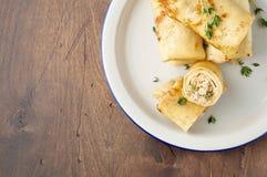 Αλμυρός crepe οι ρόλοι με την πλήρωση επίγειου κρέατος Παραδοσιακό ρωσικό γεύμα φεστιβάλ Shrovetide στοκ φωτογραφίες με δικαίωμα ελεύθερης χρήσης