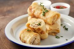 Αλμυρός crepe οι ρόλοι με την πλήρωση επίγειου κρέατος που εξυπηρετείται με την ξινή σάλτσα κρέμας και ντοματών στοκ εικόνες