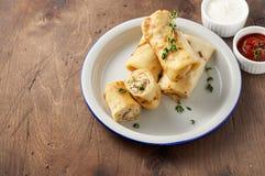 Αλμυρός crepe οι ρόλοι με την πλήρωση επίγειου κρέατος που εξυπηρετείται με την ξινή σάλτσα κρέμας και ντοματών στοκ φωτογραφίες με δικαίωμα ελεύθερης χρήσης