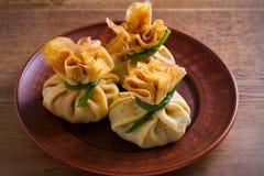 Αλμυρός crepes με τα μανιτάρια και το κρεμμύδι Τσάντες των τηγανιτών που γεμίζονται με τα μανιτάρια στοκ φωτογραφίες με δικαίωμα ελεύθερης χρήσης