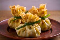 Αλμυρός crepes με τα μανιτάρια και το κρεμμύδι Τσάντες των τηγανιτών που γεμίζονται με τα μανιτάρια στοκ φωτογραφίες