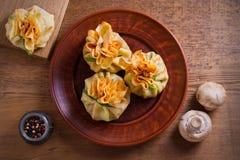 Αλμυρός crepes με τα μανιτάρια και το κρεμμύδι Τσάντες των τηγανιτών που γεμίζονται με τα μανιτάρια στοκ φωτογραφία με δικαίωμα ελεύθερης χρήσης