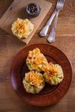 Αλμυρός crepes με τα μανιτάρια και το κρεμμύδι Τσάντες των τηγανιτών που γεμίζονται με τα μανιτάρια στοκ εικόνα