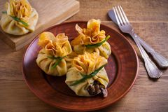 Αλμυρός crepes με τα μανιτάρια και το κρεμμύδι Τσάντες των τηγανιτών που γεμίζονται με τα μανιτάρια στοκ εικόνες
