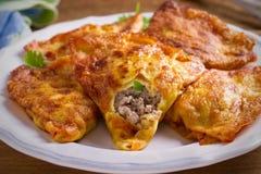 Αλμυρός crepes με το κρέας η πλήρωση Crepes γεμισμένος με το λουκάνικο βόειου κρέατος στοκ εικόνες με δικαίωμα ελεύθερης χρήσης