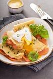Αλμυρός crepes με το σολομό και το αυγό στοκ εικόνα με δικαίωμα ελεύθερης χρήσης