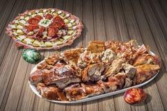Αλμυρό πιάτο Meze ορεκτικών και ψημένες οβελός φέτες κρέατος χοιρινού κρέατος με τα αυγά Πάσχας που τίθενται στον αγροτικό ξύλινο Στοκ Εικόνες