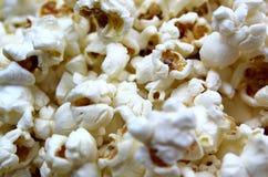 Αλμυρό τραγανό πρόσφατα μαγειρευμένο popcorn σύστασης υπόβαθρο στοκ φωτογραφίες με δικαίωμα ελεύθερης χρήσης