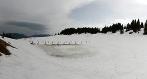 Αλπική λίμνη με τους σωρούς Στοκ Φωτογραφία