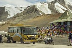 Αλπικός δρόμος και βουδιστικός ναός με το λεωφορείο στοκ εικόνες με δικαίωμα ελεύθερης χρήσης
