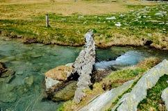 αλπικό ρεύμα ποταμών που ρέει μεταξύ των αλπικών λιβαδιών του devero α Στοκ Εικόνες