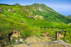 Αλπικό τοπίο με τα σκαλοπάτια που κατεβαίνουν προς τη Μεσόγειο σε Beigua εθνικό Geopark Στοκ φωτογραφίες με δικαίωμα ελεύθερης χρήσης