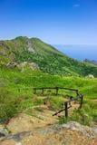 Αλπικό τοπίο με τα σκαλοπάτια που κατεβαίνουν προς τη Μεσόγειο σε Beigua εθνικό Geopark Στοκ εικόνα με δικαίωμα ελεύθερης χρήσης