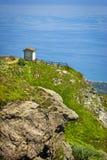 Αλπικό τοπίο με το μικρό μνημείο στρατιωτών που αντιμετωπίζει τη Μεσόγειο σε Beigua εθνικό Geopark στοκ φωτογραφίες