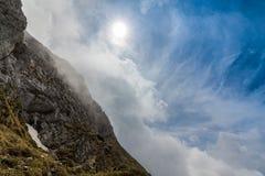 Αλπικό τοπίο το καλοκαίρι, στις Άλπεις Transylvanian, με τη θάλασσα των σύννεφων Στοκ Φωτογραφία