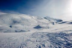 Αλπικό τοπίο χειμερινών βουνών Γαλλικές Άλπεις με το χιόνι Στοκ Εικόνες