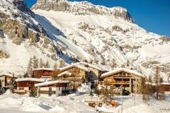 Αλπικό τοπίο χειμερινών βουνών Γαλλικές Άλπεις με το χιόνι Στοκ Φωτογραφίες