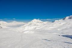 Αλπικό τοπίο χειμερινών βουνών Γαλλικές Άλπεις με το χιόνι Στοκ Φωτογραφία