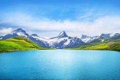 Αλπικό υπόβαθρο αιχμών landskape Λίμνη Bachalpsee, Grindelwald, ορεινή περιοχή Bernese Άλπεις, τουρισμός, ταξίδι, πεζοπορία στοκ εικόνες