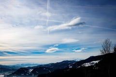 Αλπικό χειμερινό πανόραμα με μια misty κοιλάδα με τον ομιχλώδη χειμερινό ουρανό σύννεφων και βουνών στα ευρωπαϊκά όρη στοκ εικόνα