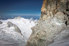 Αλπινιστής που αναρριχείται Dent du Geant στον απότομο βράχο, άποψη τοπίων βουνών στοκ εικόνες