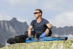 Αλπινιστής meditates σύμφωνα με την έννοια της ζωής Στοκ Εικόνες
