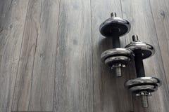 Αλτήρες σε ένα ξύλινο πάτωμα με ένα κενό διάστημα στοκ εικόνες