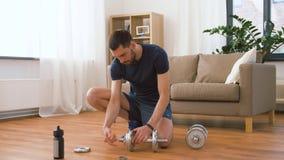 Αλτήρες συγκέντρωσης ατόμων στο σπίτι απόθεμα βίντεο