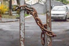 Αλυσίδα σιδήρου στην πύλη χώρων στάθμευσης στοκ εικόνες