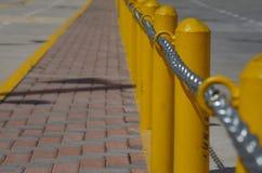 Αλυσίδα σύμφωνα με μια κίτρινη μετα γραμμή σε μια οδό Στοκ φωτογραφίες με δικαίωμα ελεύθερης χρήσης