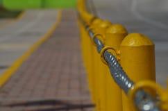 Αλυσίδα σύμφωνα με μια κίτρινη μετα γραμμή σε μια οδό Στοκ φωτογραφία με δικαίωμα ελεύθερης χρήσης