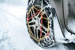 Αλυσίδες χιονιού στη ρόδα στο χειμερινό δρόμο στοκ εικόνες