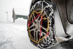 Αλυσίδες χιονιού στη ρόδα στο χειμερινό δρόμο στοκ φωτογραφίες με δικαίωμα ελεύθερης χρήσης