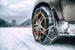 Αλυσίδες χιονιού στη ρόδα στο χειμερινό δρόμο στοκ φωτογραφία