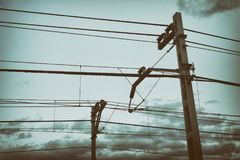 Αλυσοειδής καμπύλη και πόλοι καλωδίων τραίνων με το εκλεκτής ποιότητας φίλτρο Στοκ φωτογραφίες με δικαίωμα ελεύθερης χρήσης