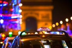 Αμάξια και Arc de Triomphe ταξί στο Παρίσι, Γαλλία Στοκ φωτογραφία με δικαίωμα ελεύθερης χρήσης