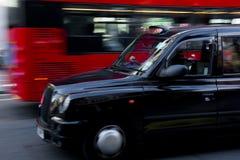 Αμάξι του Λονδίνου και κόκκινο λεωφορείο Στοκ Φωτογραφίες