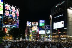 Αμέτρητοι άνθρωποι σε Shibuya που διασχίζουν το βράδυ Στοκ φωτογραφία με δικαίωμα ελεύθερης χρήσης