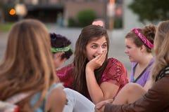 Αμήχανος έφηβος με το χέρι στο στόμα στοκ φωτογραφία με δικαίωμα ελεύθερης χρήσης