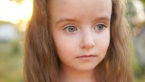 Αμήχανο λυπημένο γκρίζος-eyed, μακρυμάλλες κορίτσι ομορφιά λίγα Κινηματογράφηση σε πρώτο πλάνο, slown κίνηση απόθεμα βίντεο