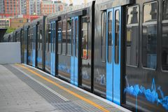 Αμαξοστοιχία περιφερειακού σιδηροδρόμου στο Λονδίνο στοκ φωτογραφία