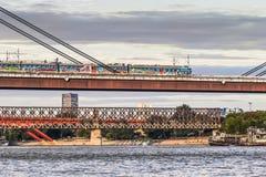 Αμαξοστοιχία περιφερειακού σιδηροδρόμου που διασχίζει το νέο σιδηρόδρομο Bridg Βελιγραδι'ου Στοκ Εικόνα