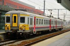 Αμαξοστοιχία περιφερειακού σιδηροδρόμου σιδηροδρόμων του Βελγίου στο σταθμό του Μπρυζ στοκ εικόνες