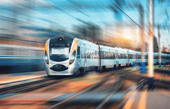 Αμαξοστοιχία περιφερειακού σιδηροδρόμου υψηλής ταχύτητας στο σιδηροδρομικό σταθμό Στοκ Εικόνες