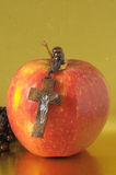 Αμαρτία η κόκκινη Apple της Eva Βίβλων Στοκ Εικόνες