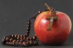 Αμαρτία η κόκκινη Apple της Eva Βίβλων Στοκ Εικόνα
