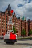 ΑΜΒΟΥΡΓΟ, ΓΕΡΜΑΝΙΑ - 18 ΙΟΥΛΊΟΥ 2016: Διάσημη περιοχή αποθηκών εμπορευμάτων Speicherstadt με έναν σημαντήρα Στοκ Εικόνες